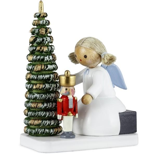 Engel mit Nußknacker am Weihnachtsbaum